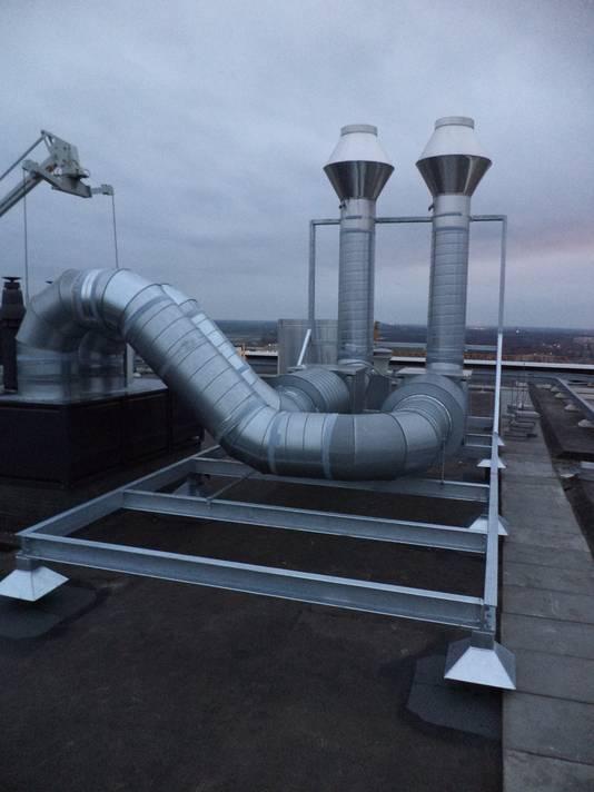 De installatie op het dak van de Jheronimustoren die voor overlast zorgt, aldus de bewoners van de bovenste appartementen.