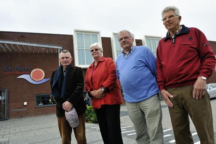 De bestuursleden van de Fijnaartse dorpsraad, van links naar rechts Jan Maris, Jeanne Moerland, Ab Bienefeld en Cor Nieuwkerk. foto Peter van Trijen/het fotoburo