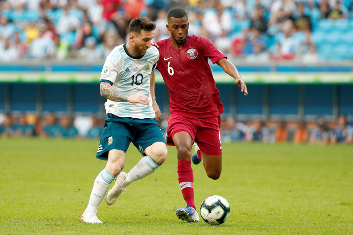 Lionel Messi in actie tegen Qatar.
