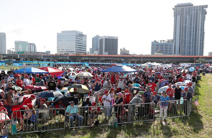 Supporters van Trump stonden vanochtend al vroeg in de rij voor een goede plek in Het Amway Center.