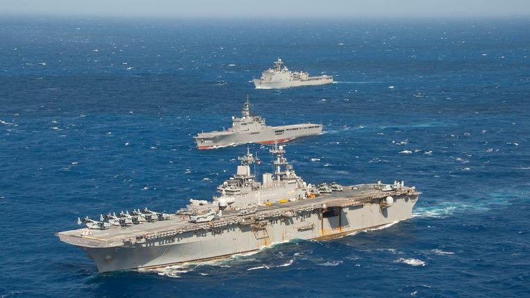Het Amerikaanse amfibie-aanvalsschip USS Wasp (onder) tijdens een oefening in de Filippijnse Zee.  Beeld U.S. Navy