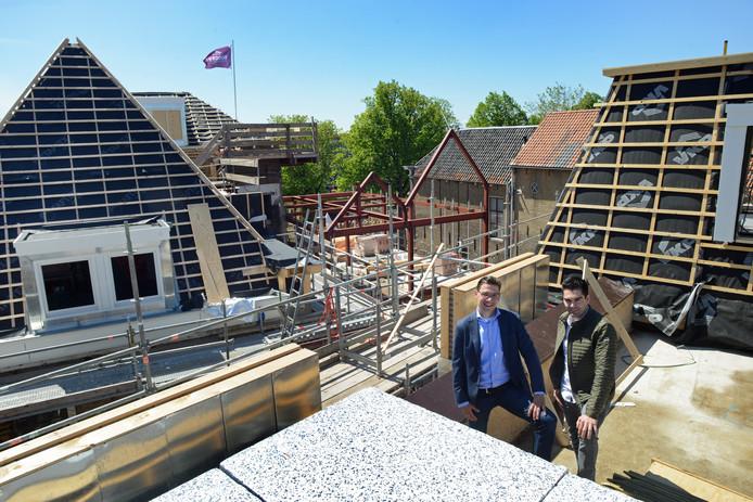 Jan Heijboer en Patrick Lindhout boven op het dak