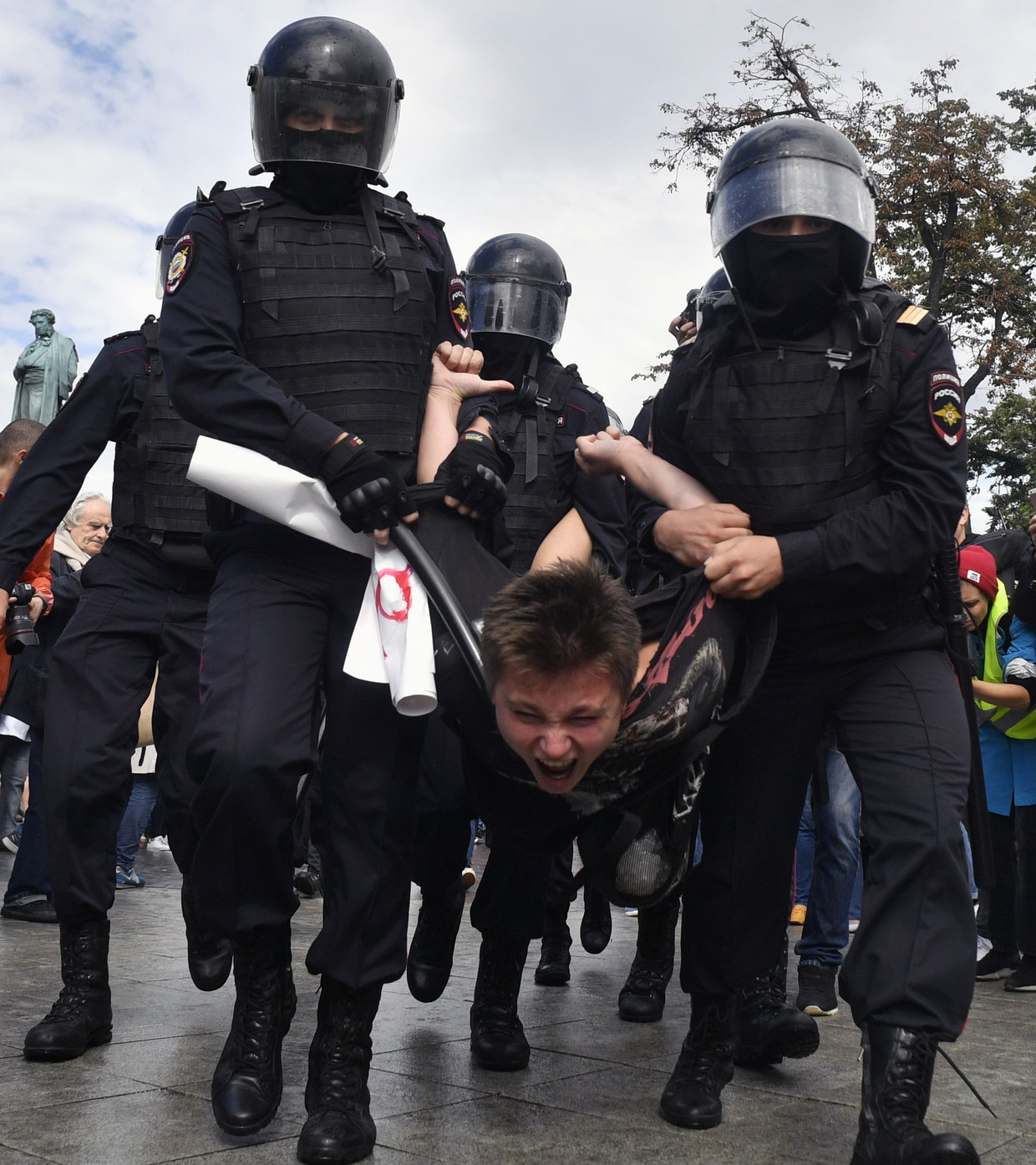 Een betoger in Moskou wordt meegenomen. Beeld AFP