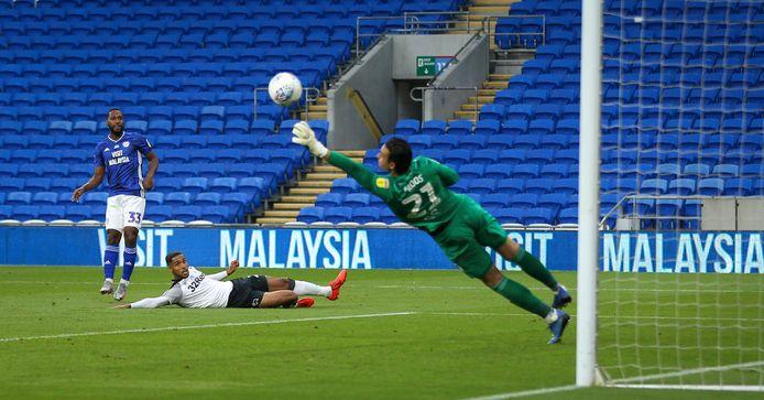 Doelman Kelle Roos in actie namens Derby County tegen Cardiff City.