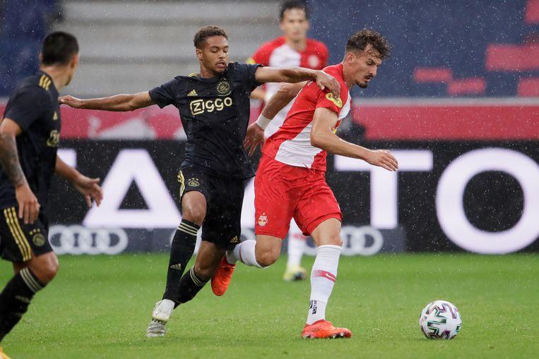 Devyne Rensch van Ajax en Albert Vallci van FC Red Bull Salzburg tijdens Salzburg - Ajax. Beeld BSR Agency