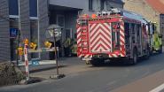 Vrouw heeft dringende medische hulp nodig, maar ambulanciers kunnen niet binnen. Brandweer moet deur open maken