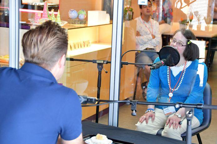 Minister Hugo de Jonge in gesprek met iemand van een dagbesteding. Foto ter illustratie.