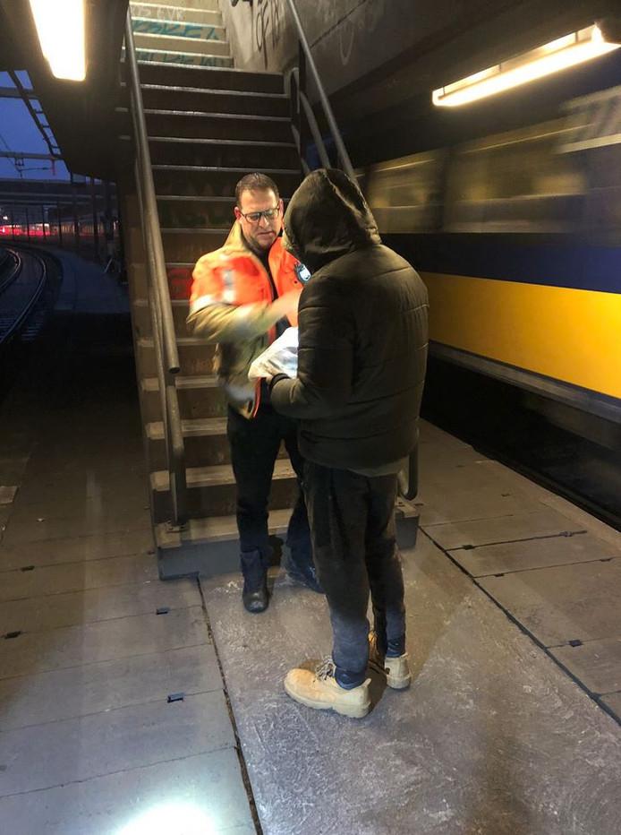 Toen medewerkers van ProRail klaar waren met opruimwerkzaamheden, troffen ze een man aan die rek- en strekoefeningen in de tunnel deed.