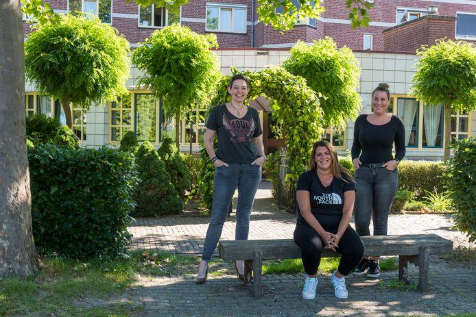 V.l.n.r. Daisy Lucassen van SMO met Selina Henckens en Simone Vermeulen van de gemeente bij Huize d'n Herd in Helmond.
