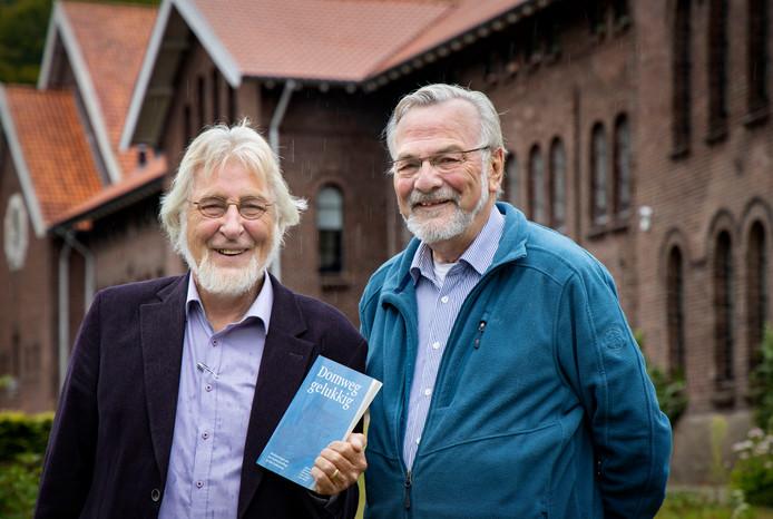 Hans Lakwijk (links) en Koos Linders voor het voormalige Damianenklooster in Sint-Oedenrode.