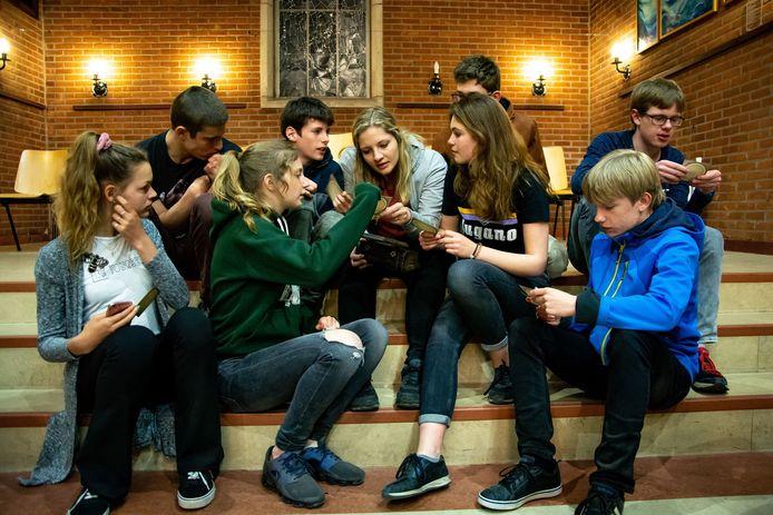 Tieners uit Deventer losen om 4 uur ' s nachts in the Ichtuskerk puzzels op tijdens de Paaschallenge van de Protestantse Kerk.