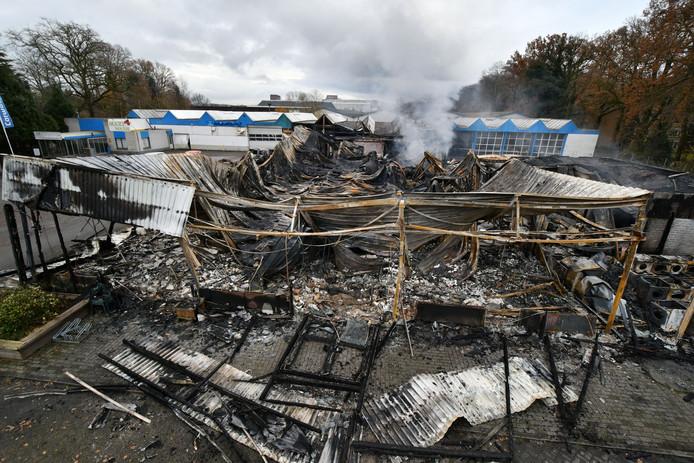 Het vernielde bedrijfsverzamelgebouw aan de Burgemeester van Veenlaan