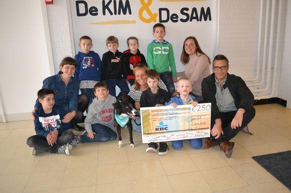 De leerlingen van juf Lobke en juf Tine in school De Kim hebben 250 euro geschonken aan de organisatie 'Cosydogs'.
