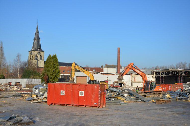 Door het verdwijnen van het bedrijfsgebouw is de centrumkerk van Waasmunster beter zichtbaar vanop de Pontravelaan.