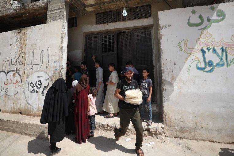 De economische instabiliteit en volatiliteit van de Syrische pond – de prijs van een brood verdubbelde in amper een week – maken de situatie nog erger.