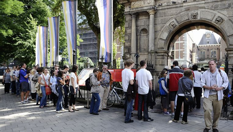 Toeristen staan in de rij voor het Rijksmuseum in Amsterdam. Foto © anp Beeld null