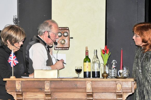 Restaurant 'A la Poupée' was bij de Britse officieren tijdens de Eerste Wereldoorlog het meest bekende etablissement van het Westelijk front. Op de foto vlnr.: Josiane Vanassche (Sylvie), Stefaan Cossey (Elie) en Ann Van Cayseele (Ginger).