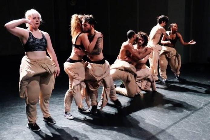 Dansgezelschap BackBone speelt de voorstelling Built for it met teksten van de Zwolse rapper Typhoon. Eigen foto