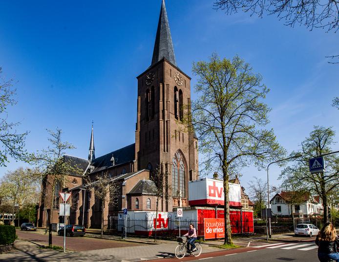 Eerder dit jaar legde de gemeente Deventer nog een bouwstop op. Nu zijn de plooien recht gestreken en hoopt de nieuwe middelbare school van Deventer de Heilig Hartkerk aan de Zwolseweg in de kerstvakantie te kunnen betrekken.