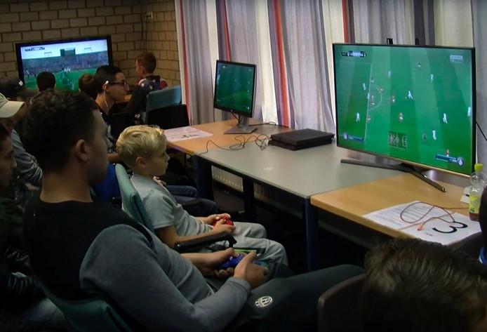 Jongeren spelen een Fifa-toernooi in 4SD.