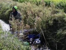 Vrouw rijdt met scootmobiel in sloot Kamperland