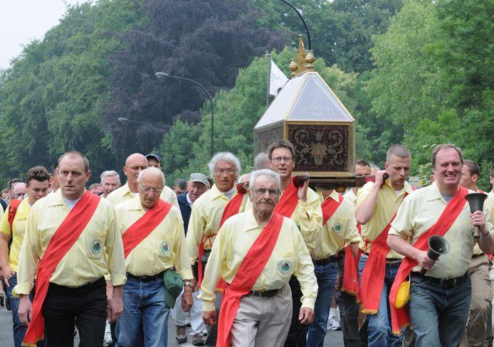 Zondag trekken de schrijndragers opnieuw met het reliek van Sint-Hermes door de straten.