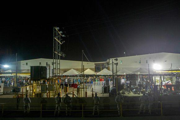 Migranten worden in Piedras Negras opgevangen in een niet-gebruikt pakhuis.