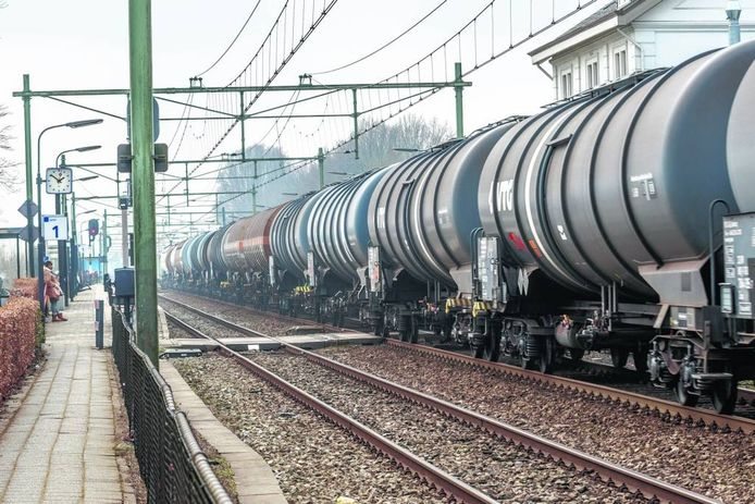 Goederenvervoer door Zevenbergen. Wat er in de treinen zit, is nu vaak niet bekend bij gemeentebesturen en hulpdiensten.
