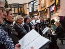 Kraampjes, straatartiesten en koren trekken veel bekijks op kerstmarkt in Oldenzaal