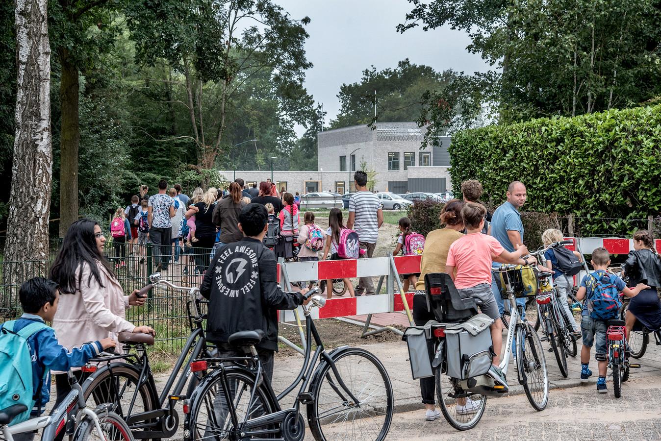 Kinderen gaan over een veelbesproken geitenpaadje naar het nieuwe IKC De Graaff. Dit ligt tussen de hoek van de Van Steenhuijslaan en de Jan Luijkenstrraat en de school