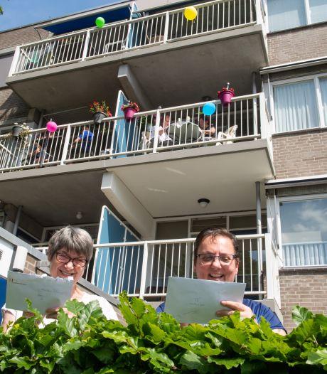 '1,5 meter balkonbingo' in Tilburg zorgt voor gezelligheid op afstand