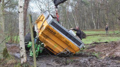 Arbeiders pakken modderweg aan. En zakken er zelf in weg