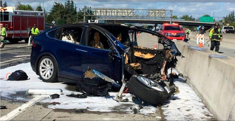 De gecrashte Tesla SUV ramde eind maart een betonnen rijbaanafscheiding op Highway 101 in Mountain View, Californië.
