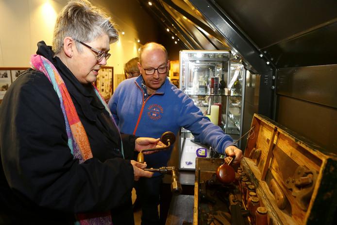 De zieke weduwe Tiny Theuns - die niet op de foto wilde - schenkt het gereedschap van haar overleden man aan het museum in Ter Aar. Haar echtgenoot kwam uit deze plaats en was timmerman. Haar dochter Brenda (l) ziet in het museum toe op de gereedschappen.