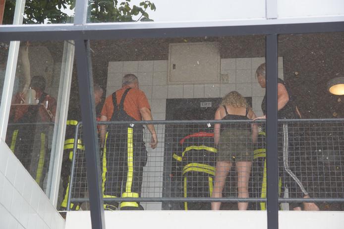 Op verschillende plaatsen werden mensen opgesloten in liften.