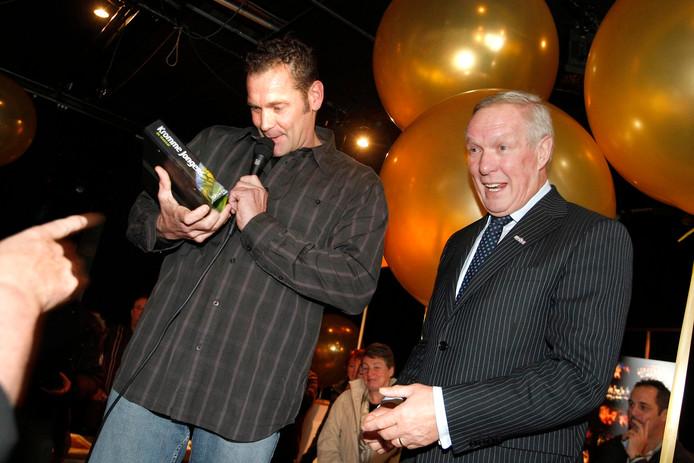 Cees van der Kruijk, links, neemt in 2007 een boek over de Kromme Jongens in ontvangst.