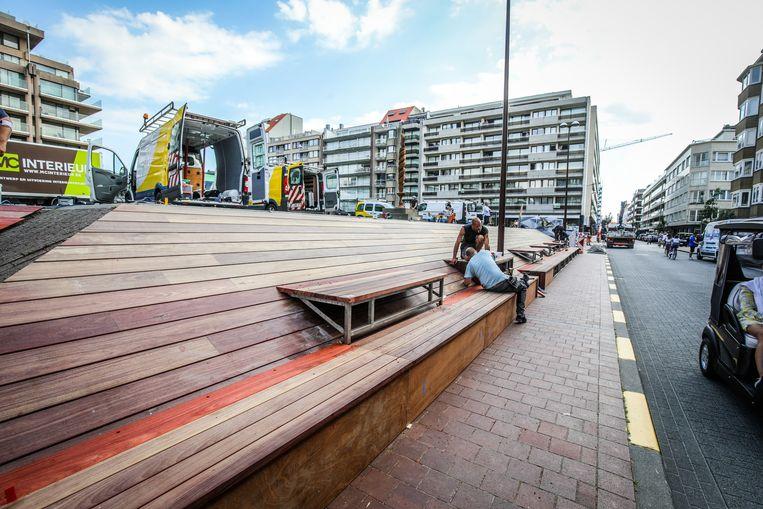 De zitbanken in padoek, een Afrikaanse roodbruine houtsoort, op het Van Bunnenplein.