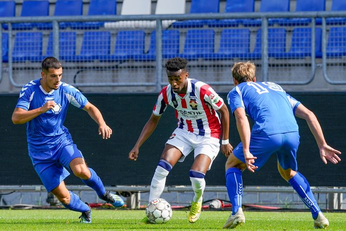 Dani Theunissen (l) jaagt in het shirt van Team VVCS op Willem II'er Mike Tresor Ndayishimiye.