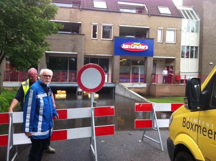 Burgemeester Karel van Soest (blauwe jas) staat bij de parkeergarage.