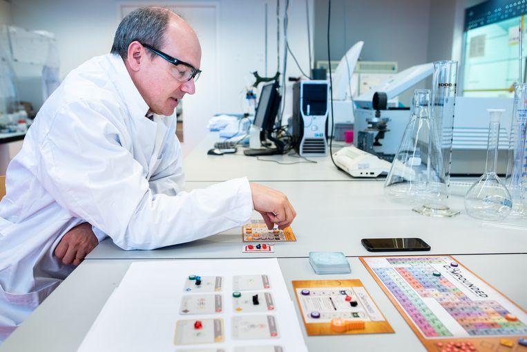Scheikundige Bert Weckhuysen tijdens het uitproberen van een 'wetenschappelijk verantwoord gezelschapsspel'. Beeld Simon Lenskens