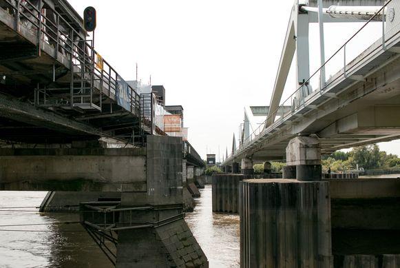 Het beweegbare gedeelte van de oude Scheldebrug (links) wordt momenteel hersteld en vernieuwd.