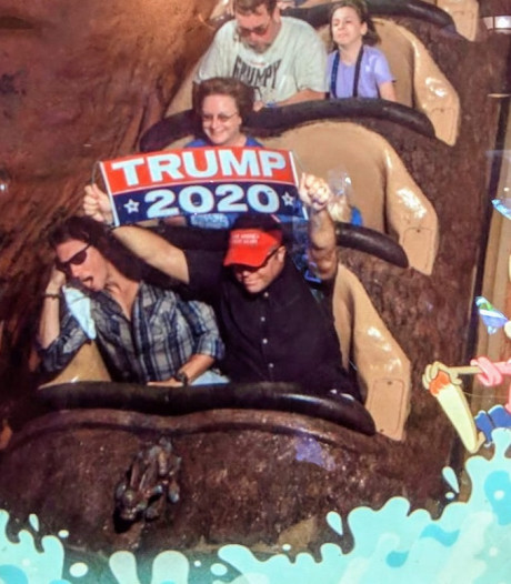 Man uit Disney World verbannen vanwege Trump-bord in achtbaan