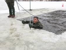 Havelter militairen springen  in Litouwen bij -20 in wak