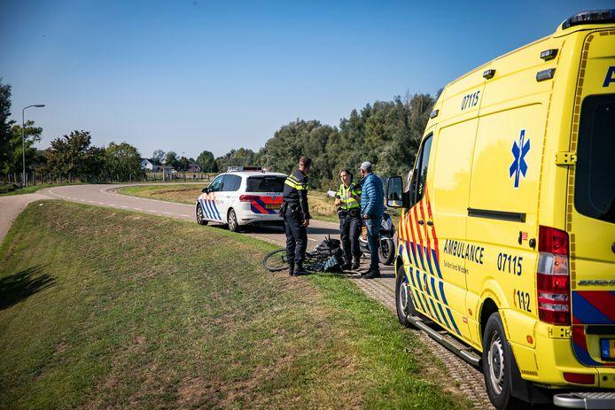 De fietsster raakte gewond op de dijk bij Westervoort.