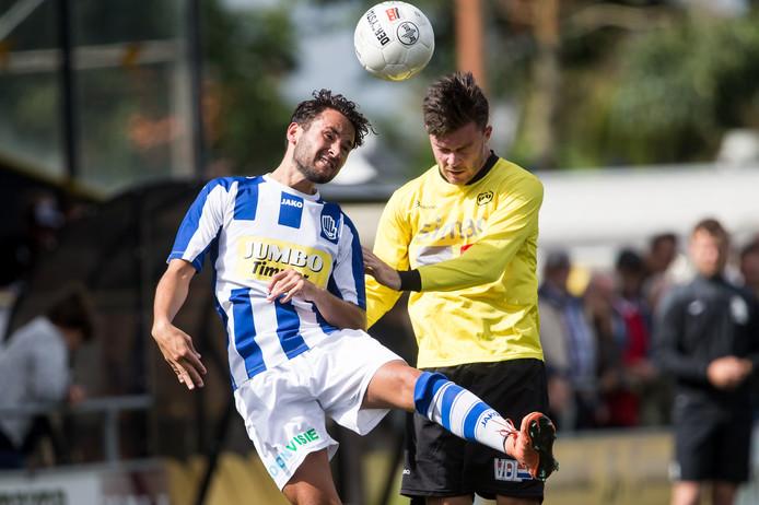 Wouter de Vogel (links) in een kopduel namens FC Lienden. Archieffoto.