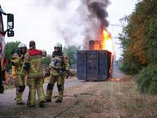 Container met heftruck vliegt in brand in Wierden