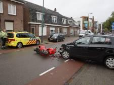 Scooter en auto flink beschadigd bij botsing in Kaatsheuvel