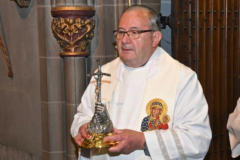 Pastoor André Monstrey met het relikwie.