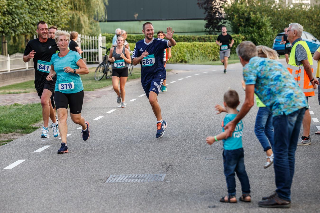 Een beeld van de Hoevense Polderloop van vorig jaar. De deelnemers worden hartstochtelijk aangemoedigd.