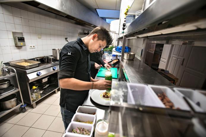 Jermain De Rozario, aan het werk in het gelijknamige restaurant in Helmond